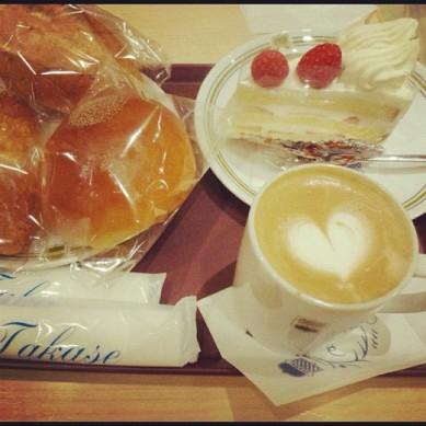 あんパン、クリームパン、ショートケーキ、ラテアート♡ パンはおいしくソフトです!!私は日本でベーカリーが大好き! Anpan, cream pan, short cake, latte art♡ Even the simple bread is smooth as I like!! I love bakery in Japan!