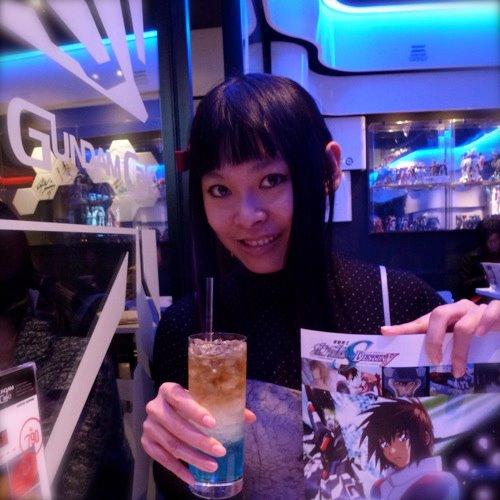 キラ·ヤマトカクテルはおいしいです!ガンダムカフェに雰囲気は本当に素敵なです。私はガンダムSEEDが好きです! The delicious cocktail Kira Yamato! The atmosphere is really nice at Gundam café: right now the theme is Gundam Seed, I love this series!