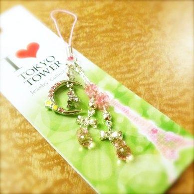 東京タワーは素晴らしいです!東京タワーのグッズも!セーラームーンを思い出させます☾•*¨*•.¸¸☆彡 The Tokyo Tower is superb, and its goodies too! This strap reminds me of SailorMoon!