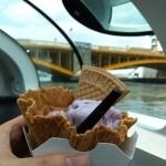 隅田川にすごいふねの中でむらさきアイスクリームを食べています! I'm eating a purple ice cream inside an amazingly futuristic boat on Sumida river!