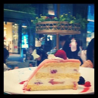 """銀座三越の喫茶店でマジパンレイヤーケーキ「ロイヤルプリンセス」を食べています。ここはすごくかわいいです♡ Marzipan layer cake """"Royal princess"""" at Ginza Mitsukoshi's café. So cute place!"""
