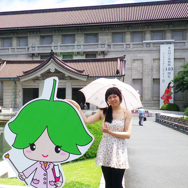 東京国立博物館で!博物館が太陽の傘をかします、とても暑いです! At the National Museum of Tokyo! Fortunately, the museum lends sun umbrellas, it's so hot!