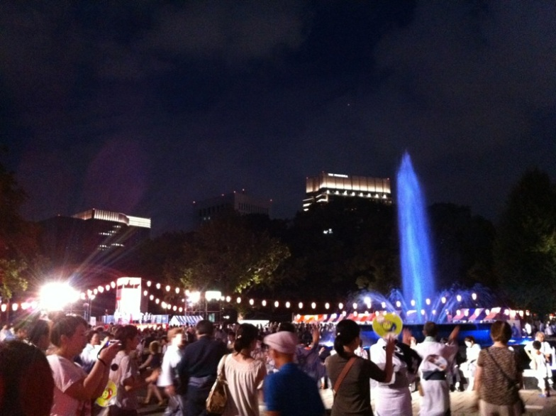 Danse en ronde autour de la grande fontaine du parc