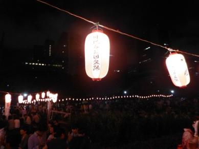 Belle soirée éclairée de lampions