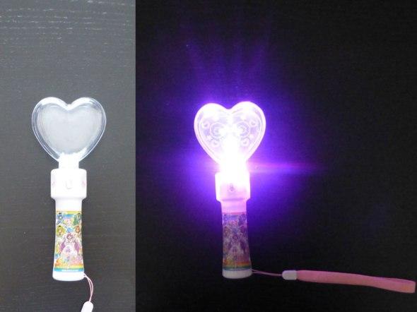 """Glowstick coeur de """"Smile PreCure!"""", un petit jouet très mignon mais la diffusion de la lumière dans le coeur se fait très peu"""