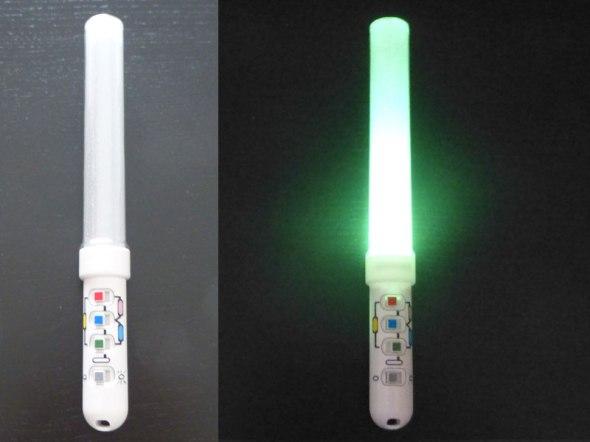 Glowstick à mélange de couleurs, l'aspect mélange est très pratique mais au moindre faux-contact c'est tout le glowstick qui perd en puissance