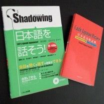 """[JP/EN] J'ai repéré ces manuels dans le """"Japan times"""" et j'adore les utiliser : """"Shadowing"""" entraîne à une prononciation naturelle, """"Catchy Japanese Phrases"""" donne des phrases très courantes faites d'onomatopées notamment"""