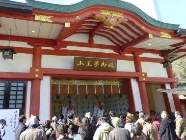 japon-hatsumode-hie-jinja-hamaya-miko