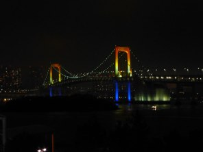 Le rainbow bridge illuminé aux couleurs de l'arc-en-ciel