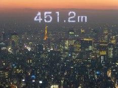Vue depuis le sommet du Tôkyô Skytree, avec projection sur la vitre de la hauteur à laquelle on est