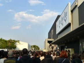 Le public se pressant d'entrer dans la salle de concert