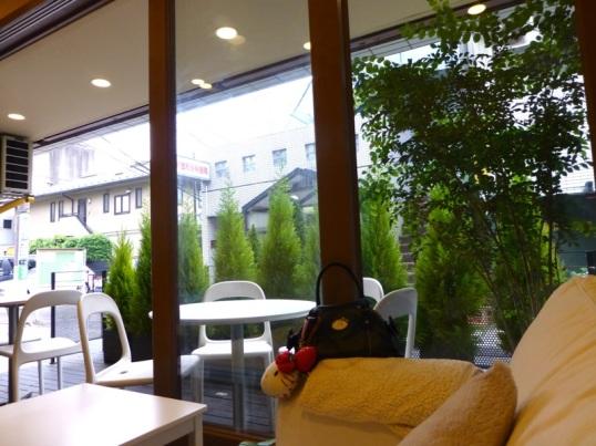 Vue sur la terrasse depuis le petit salon
