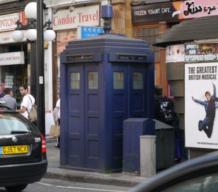 doctor-who-tardis-earls-court-station-londres-rue