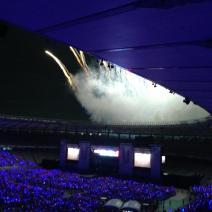 """a-nation stadium fes. avec Kishidan, Ayumi Hamasaki, un feu d'artifice !! C'était 最高のconcert géant de l'été (*^◯^*) Une ambiance féérique avec le stade Ajinomoto illuminé de 55000 personnes secouant leurs 光uchiwa *_* Moment intensément drôle avec Kishidan, qui aura fait le voyou jusqu'à se faire sortir par le staff ^o^ Ayu qui clôture en démarrant par """"INSPIRE"""", ah~ 懐かしい!Ça m'a fait trop plaisir ^___^ Dès que les danseurs ont sorti les éventails en plume, やっぱりc'était pour """"Moments"""". Avec une splendide chorégraphie autour d'Ayu dans son grand kimono, ça faisait vraiment """"鳥のように"""", c'était magique *o* Un battement de plume et Ayu est en robe blanche, c'était fantastique !!! Parcours du stade entier en yukata sur un char, chansons d'été, juste parfait pour ressentir une dernière fois les joies et 思い出 de ce bel été au Japon Et après les ultimes et émouvants """"ありがとうございました"""", des feux d'artifices tirés depuis le sommet du stade *___*"""