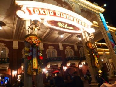 Tôkyô Disneyland décoré pour le nouvel an et rempli de monde en plein 2 janvier
