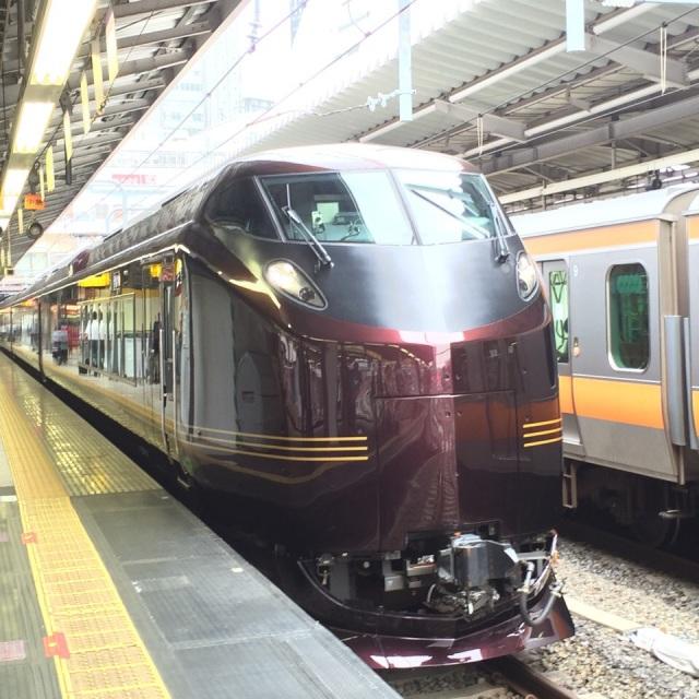 特急かいじで旅しています! この特急、人間の顔みたいですね。#アイアンマン Traveling in Tokkyū Kaiji ! Looks like a human face ^^ #ironman - at 新宿駅 (Shinjuku Sta.)