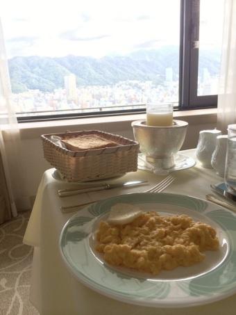 部屋で朝ご飯☀︎美しい風景ですね。神戸のホテル、いいね!