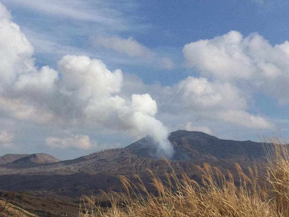 阿蘇山で、なう(^ω^) Près du Mont Aso, volcan en activité. Interdit de s'approcher davantage mais à 2km c'est déjà impressionnant ! — at 阿蘇 草千里.