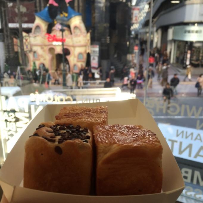 Cubes de pain, avec la vue depuis la baie vitrée