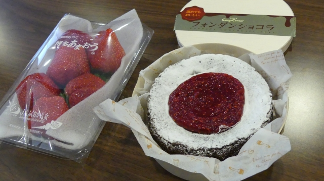 Valentine-Ginza-Cozy-Corner-Fondant-chocolate-Japanese-strawberries-Amaou
